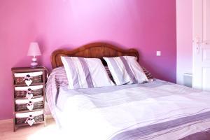 A bed or beds in a room at Maison de 3 chambres a Cleyzieu avec magnifique vue sur la montagne et jardin amenage a 30 km des pistes