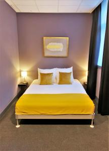 A bed or beds in a room at Hotel De Looier
