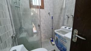 Um banheiro em شقه ثلاث غرفه وجلسات خارجيه خاصة