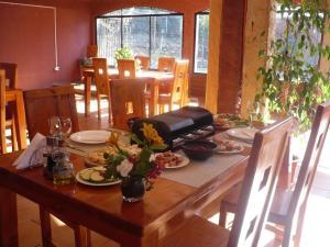 A restaurant or other place to eat at El Parador de Caleu