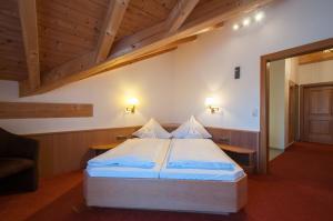 Ein Bett oder Betten in einem Zimmer der Unterkunft Hotel garni Sterff