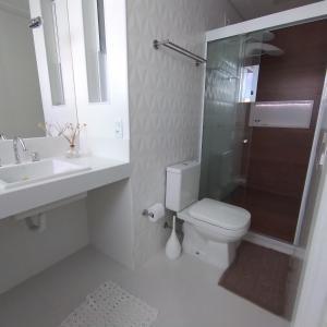 A bathroom at Lindo Apartamento no Campo Grande