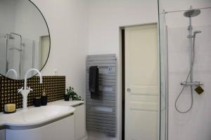 A bathroom at 85 m2 centre ville 2 mn vieux Port au calme