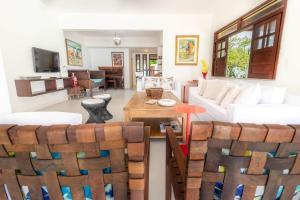The lounge or bar area at IP01 Casa 5 Suítes a 100m da Praia Pedra do Sal