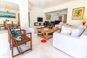 A seating area at IP01 Casa 5 Suítes a 100m da Praia Pedra do Sal