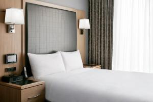 A bed or beds in a room at Club Quarters Hotel World Trade Center