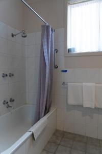 A bathroom at Nunawading Motor Inn