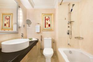 A bathroom at Ramada Plaza by Wyndham Karachi Airport Hotel