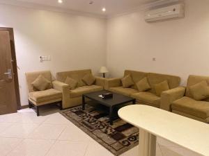Uma área de estar em Serene Hotel Suites