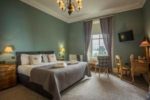 A bed or beds in a room at Taypark House