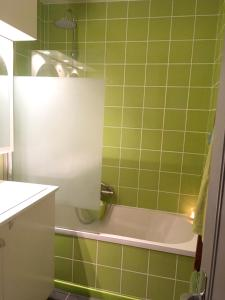 A bathroom at Studio a Deuil la Barre avec WiFi