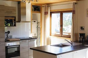 Cuisine ou kitchenette dans l'établissement Chalet with 7 bedrooms in Les Moussieres with wonderful mountain view furnished terrace and WiFi 600 m from the slopes