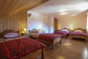Un ou plusieurs lits dans un hébergement de l'établissement Chalet with 7 bedrooms in Les Moussieres with wonderful mountain view furnished terrace and WiFi 600 m from the slopes
