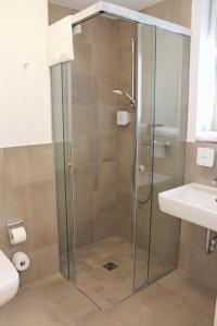 A bathroom at DRK-Tagungshotel-Dunant