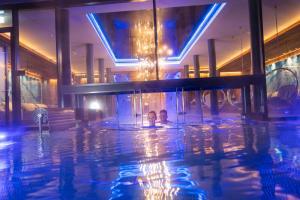 Der Swimmingpool an oder in der Nähe von Hüttenhof - Wellnesshotel & Luxus-Bergchalets - Adults only
