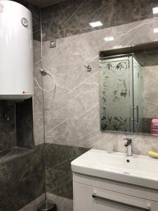 Um banheiro em Nizami apartment