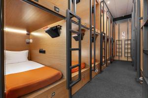 Двухъярусная кровать или двухъярусные кровати в номере GettSleep Sheremetyevo Airport International Transit Area