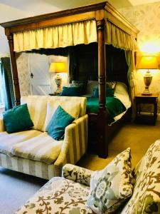 A bed or beds in a room at Felbrigg Lodge