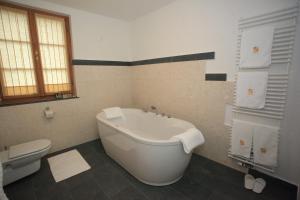 A bathroom at Grad Strmol