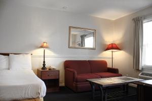 A seating area at Alpine Inn & Suites Rockford