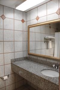 A bathroom at Alpine Inn & Suites Rockford