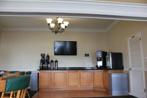 A television and/or entertainment centre at Alpine Inn & Suites Rockford