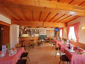 Ein Restaurant oder anderes Speiselokal in der Unterkunft Hotel Traube
