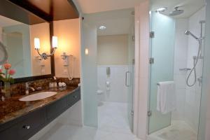 A bathroom at InterContinental Abu Dhabi, an IHG Hotel