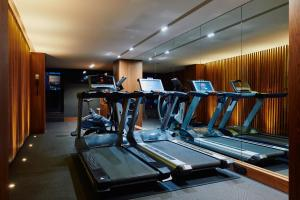 The fitness centre and/or fitness facilities at Gallery Hotel