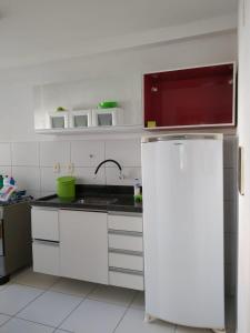 A kitchen or kitchenette at APARTAMENTO PRAIA DOS MILIONARIOS