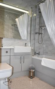 A bathroom at Pennine Manor Hotel