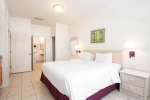 A bed or beds in a room at Berkley Lake Townhomes