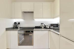 A kitchen or kitchenette at Luxury 1 Bed Flat in St Albans, Modern, WiFi, Six Minutes from Train Station