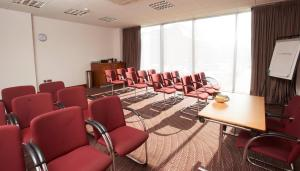 The business area and/or conference room at Jurys Inn Derby