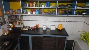 Кухня или мини-кухня в Hostel Gandhi