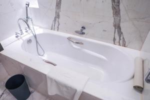 حمام في فندق شانغري-لا بكين