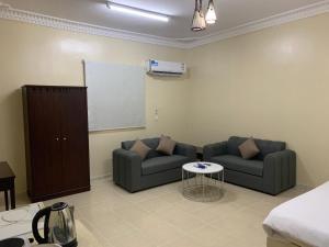 Uma área de estar em Qimat Rahati Aparthotel