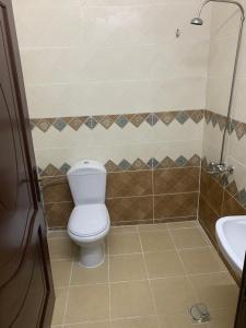 Um banheiro em Qimat Rahati Aparthotel