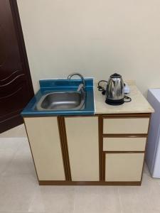 A cozinha ou cozinha compacta de Qimat Rahati Aparthotel
