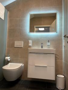 A bathroom at Gästehaus Veenstra