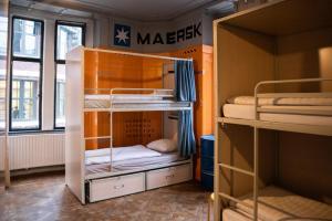 Een stapelbed of stapelbedden in een kamer bij Hostel ROOM Rotterdam