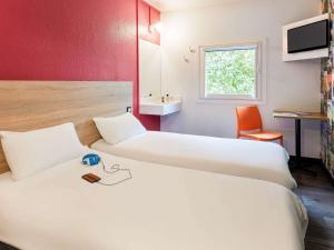 Letto o letti in una camera di HotelF1 Paris Saint Ouen Marché Aux Puces Rénové