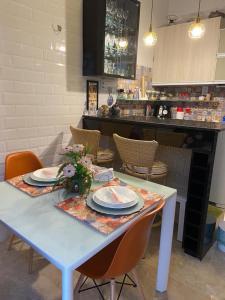 A restaurant or other place to eat at LINDO CHALÉ NO CENTRO DE GUARAMIRANGA