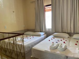 A bed or beds in a room at LINDO CHALÉ NO CENTRO DE GUARAMIRANGA