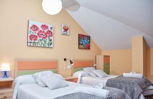 A bed or beds in a room at Peregrina Pensión 1