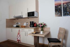 A kitchen or kitchenette at Das Falk Apartmenthaus