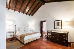Uma cama ou camas num quarto em Convento Sao Paulo - Hotel Rural