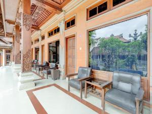 A seating area at OYO 3261 Hotel Ratu