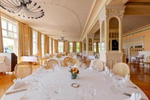 Ein Restaurant oder anderes Speiselokal in der Unterkunft Grand Hôtel des Rasses