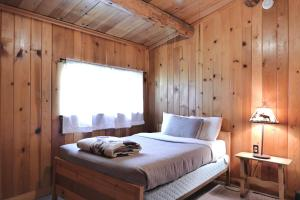 A bed or beds in a room at Trail Shop Inn